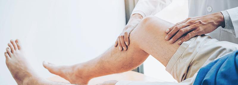 Arzt behandelt Knie